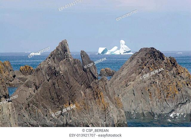 Parralell peaks: icebergs and rocks