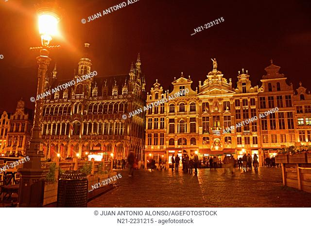 La Grand Place at night. On the left we see La Maison du Roi, built in 1536 and restaured in 1873. Nowadays it holds Le Musee de la Ville