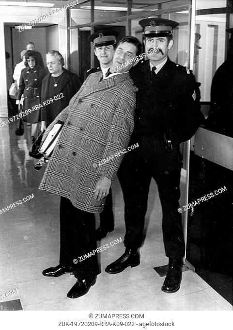 Apr. 13, 1971 - Paris, France - Comedian JERRY LEWIS arrives in Paris to perform at the Olympia Theatre. PICTURED: Jerry Lewis entertains two police officers