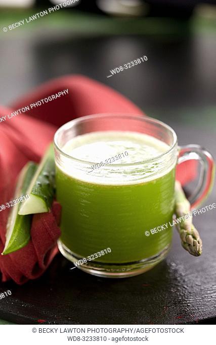 zumo de esparrago, espinaca, tomate y pepino. / Asparagus, spinach, tomato and cucumber juice