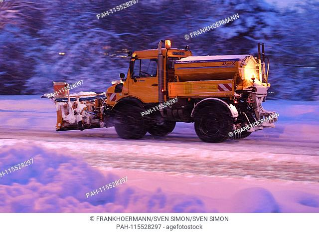 Snow plow, winter service, vehicle in use, scatter vehicle, boat. Snow chaos on the streets of Bavaria - as here in Munich Riem, the commuter traffic