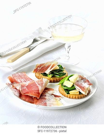 Shortcrust tartlets with vegetables, pears and raw ham