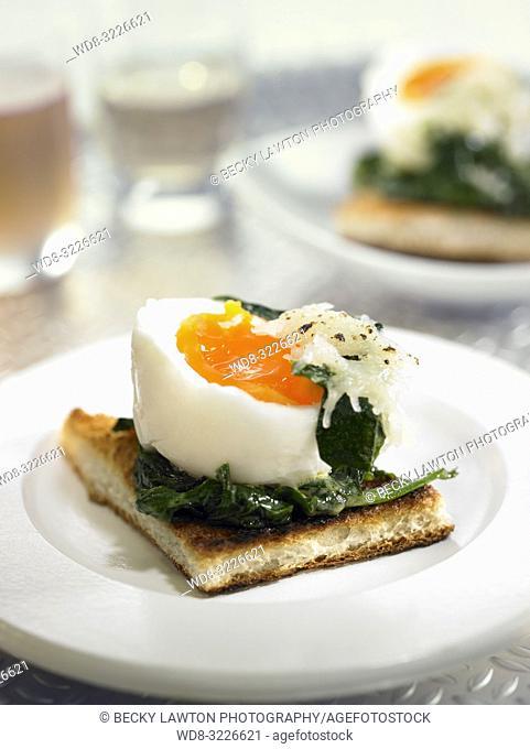 montadito de huevo mollet con espinacas y jamon / mollet egg montadito with spinach and ham