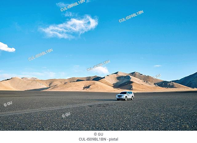 Vehicle in desert, Zhari, Xizang, China