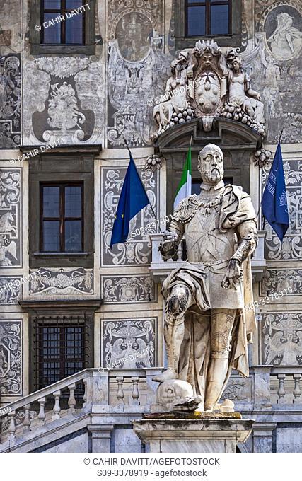 The Cosimo 1st Monument outside the Palazzo della Carovana designed by the architect Giorgio Vasari, Piazza dei Cavalieri, Pisa, Tuscany, Italy