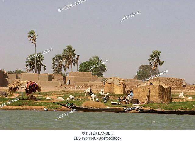 Village along the shores of the Niger River between Mopti and Lake Debo, Mali