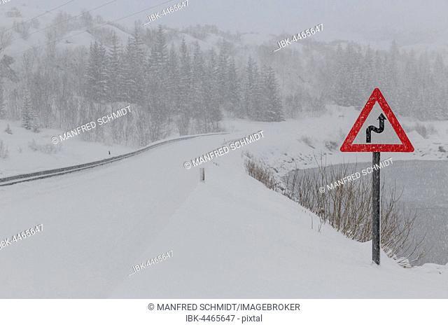 Wintry road, blowing snow, European route E10, E-Route, Svolvær, Austvågøya Island, Nordland, Norway