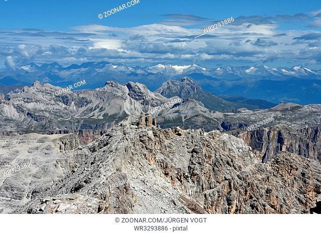 Sellagruppe; Piz Boe; Blick zur Puezgruppe und Zillertaler Alpen; Dolomiten; Suedtirol; Dolomite alps; South Tyrol;
