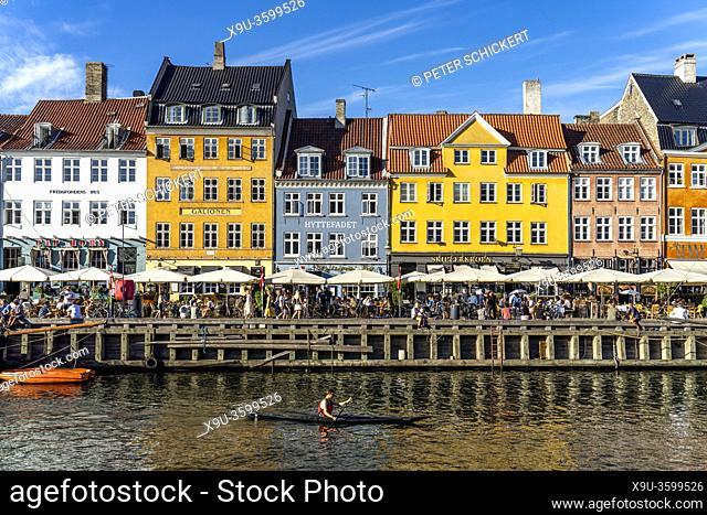 Bunte Häuser, Restaurants und historische Schiffe am Kanal und Hafen Nyhavn, Kopenhagen, Dänemark, Europa | Colourful facades