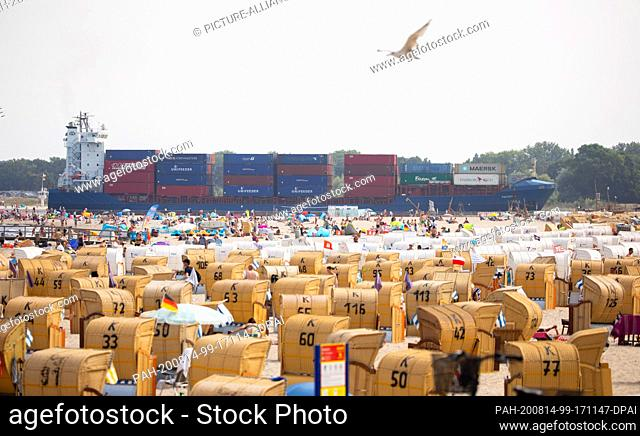 14 August 2020, Schleswig-Holstein, Travemünde: Holidaymakers and day visitors spend the day on the beach in warm temperatures