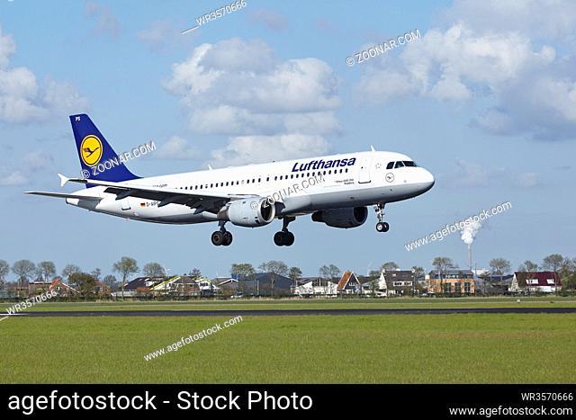 Landung eines Airbus A320-211 der Gesellschaft Lufthansa auf dem Flughafen Amsterdam Schiphol (Polderbaan) am 7. Mai 2015