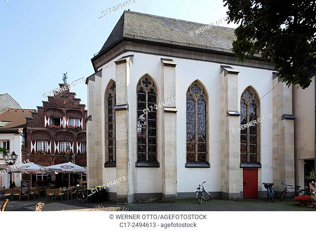 Germany, Kempen, Niers, Lower Rhine, Rhineland, North Rhine-Westphalia, NRW, Heilig Geist Chapel, behind House Hueskens Weinforth