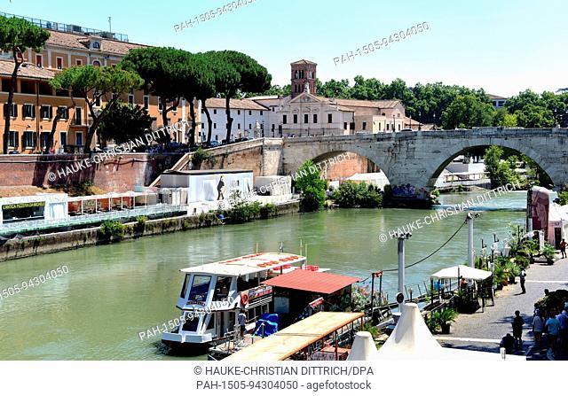 Bridge Ponte Cestio and church Basilica di San Bartolomeo in Rome (Italy), 18 July 2017. | usage worldwide. - Rom/Latium/Italy