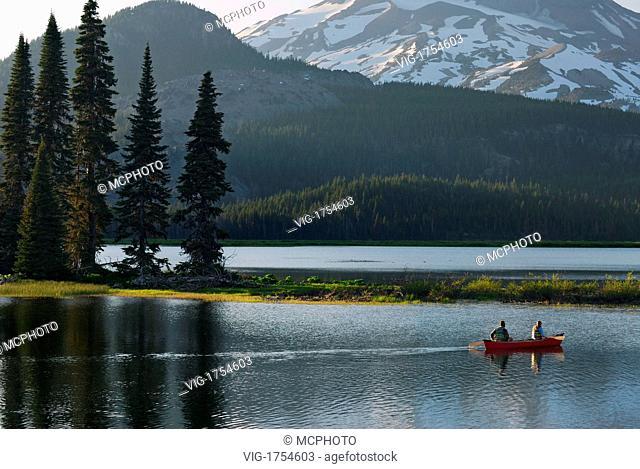 Canoers on Sparks Lake Deschute National Forest - Oregon, USA; Amerika, 20/06/2007