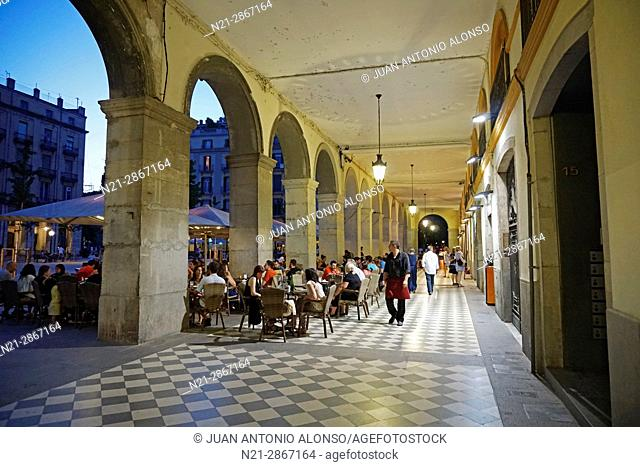 Restaurants and cafes in the Plaça de la Independencia in the evening. Girona, Catalonia, Spain, Europe