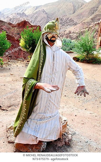 Maroc, Haut-Atlas, la vallée du Dadès, dites vallée des Kasbah, mannequins devant le restau de Fatima