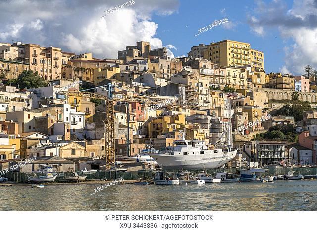 Fischerboote im Hafen und die Stadtansicht von Sciacca, Agrigent, Sizilien, Italien, Europa   Fishing boats in the harbour at Sciacca, Agrigento, Sicily, Italy