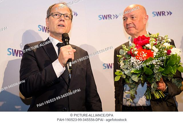 23 May 2019, Baden-Wuerttemberg, Stuttgart: The new SWR Director-General, Kai Gniffke (l), thanked Hans-Albert Stechl, Chairman of the Board of Directors
