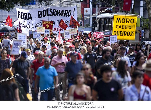 14 June 2019, Brazil, Curitiba: Many people take part in a protest against President Bolsonaro's government during a general strike