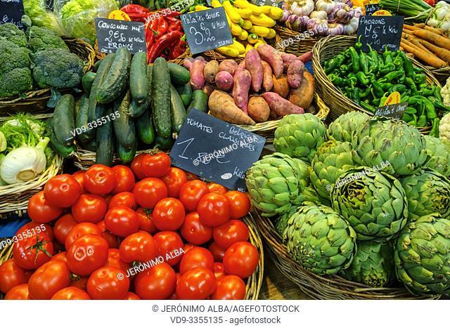 Various vegetables, tomatoes, artichokes, green peppers, broccoli, cucumber, garlic, fennel, potatoes, zucchini. Marché des Capucins market