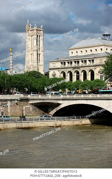 France, ile de france, paris 1er arrondissement, place du chatelet vue depuis la rive d'en face, Seine colonne, theatre de la ville, tour saint jacques