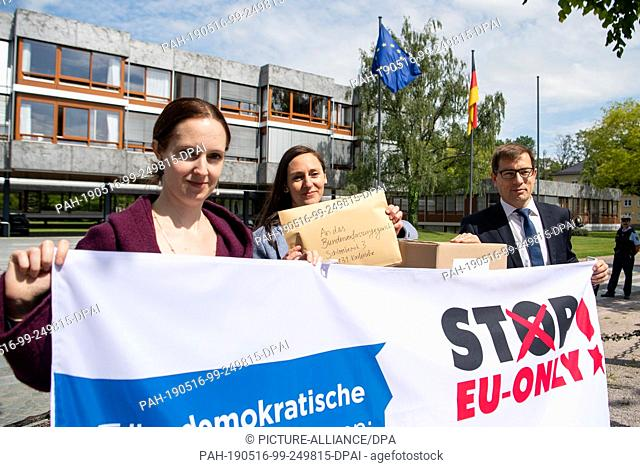 16 May 2019, Baden-Wuerttemberg, Karlsruhe: Anne Dänner (l-r), press spokeswoman at Mehr Demokratie, Nicola Quarz, lawyer at Mehr Demokratie, and Roman Huber