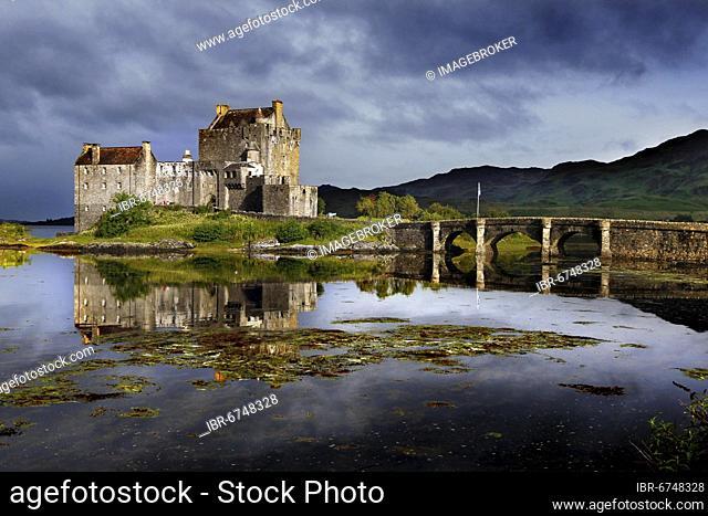 Loch, Eilean Donan Castle, castle, headland, tidal island, stone footbridge, ancestral seat Clan Macrae, Loch Duich, Dornie, Highlands, Highlands, Scotland