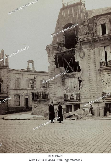Album Harriet Louise Self: building in Reims destroyed by bombing during World War I, shot 01/10/1919