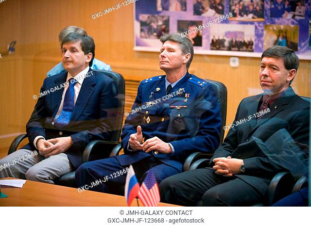 Spaceflight Participant Charles Simonyi, left, Expedition 19 Commander Gennady I. Padalka, center, and Flight Engineer Michael R
