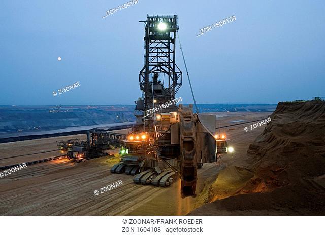 Schaufelradbagger in der blauen Stunde im Tagebau