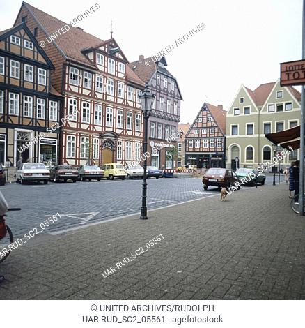 Unterwegs in Celle: Fachwerkhäuser am Markt, Deutschland 1980er Jahre. Strolling through the city of Celle: frame houses at the market square, Germany 1980s