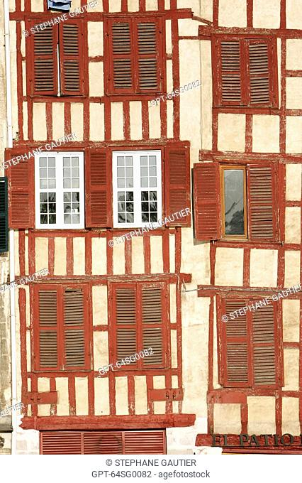 F'ÆADE OF A HALF-TIMBERED HOUSE, HOUSES ON THE QUAYS OF THE NIVE, BASQUE COUNTRY, BASQUE COAST, BAYONNE, PYRENEES ATLANTIQUES, 64, FRANCE
