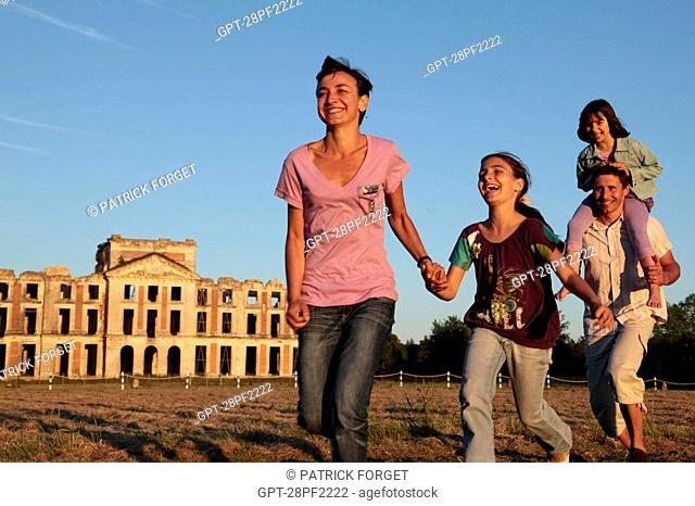 FAMILY RACING EACH OTHER IN FRONT OF THE RUINS OF THE CHATEAU DE LA FERTE-VIDAME, EURE-ET-LOIR, FRANCE