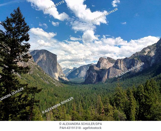 View of the Yosemite Valley from the Tunnel View viewing platform with the rocks 'El Capitan' (L) and 'Half Dome' (back) in Yosemite National Park in California