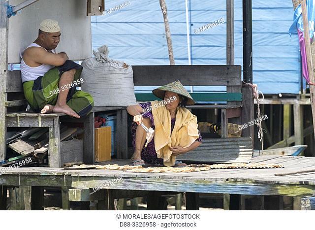Asie, Indonésie, Bornéo,Kalimantan, Ville de Kumai, séchage du poissonet pêche au filet / Asia, Indonesia, Borneo, Tanjung Puting National Park,Town of Kumai