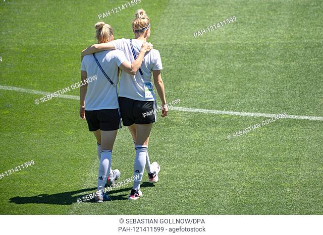 16.06.2019, France, Montpellier: Football, Women: World Cup, National Team, Germany, Stadium Tour at the Stade de la Mosson: Verena Schweers (l) walks with...