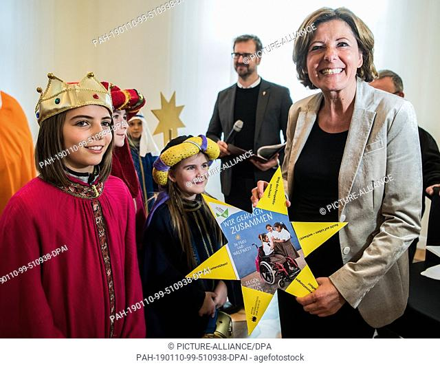 10 January 2019, Rhineland-Palatinate, Mainz: Malu Dreyer (SPD), Prime Minister of Rhineland-Palatinate, holds a star which was handed over at the reception of...