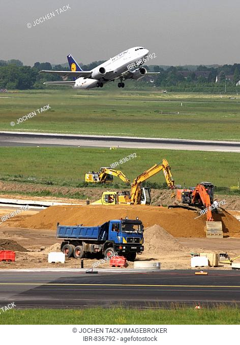 Renovating runway M-Mike, 3000 metre long main taxiway, 20 months, in 11 sections for more than 40 million euros, Duesseldorf-International Airport, Duesseldorf