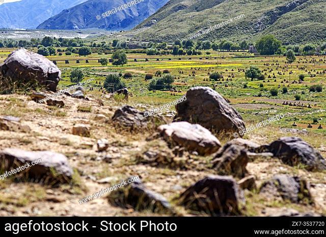 Tibetan plateau scenery en route from Shegar to Tingri, Tibet, China. China highway 109 road