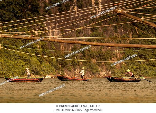 Vietnam, Gulf of Tonkin, Quang Ninh province, fisherwomen on their boats in the Bay of Ha Long (Vinh Ha Long) listed as World Heritage by UNESCO (1994)