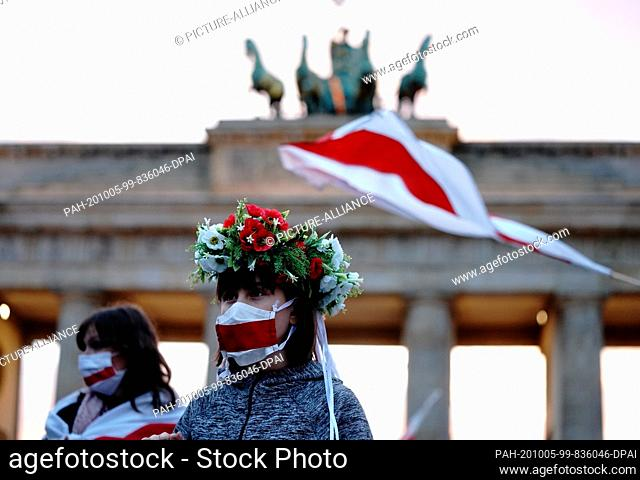 05 October 2020, Berlin: Supporters are waiting in front of the Brandenburg Gate for the Belarusian opposition leader Tikhanovskaya