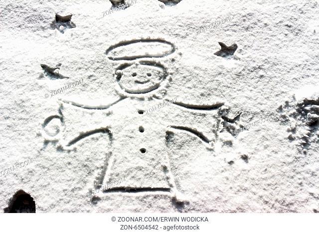 Ein Engel wurde im Winter zu Weihnachten in den Schnee gezeichnet