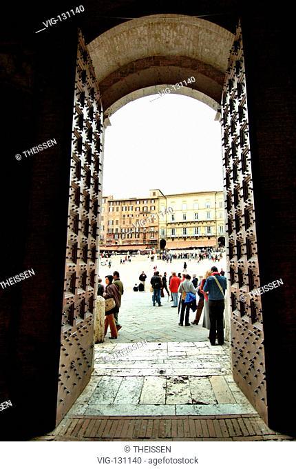 Blick durch ein Tor zum Marktplatz von Siena, Piazza del Campo / view through a portal to Piazza del Campo in Siena. - Toscana, Italy, 01/01/2005