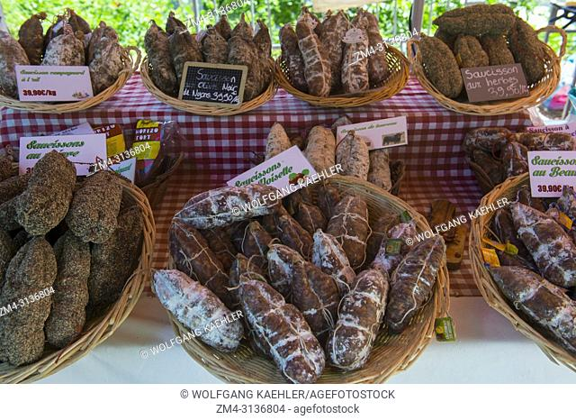 Sausages for sale on the weekly market in Menerbes, a small village on a hill between Avignon and Apt, in the Luberon, Provence-Alpes-Cote d Azur region in...