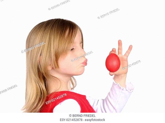 Kleines Mädchen mit Osterei
