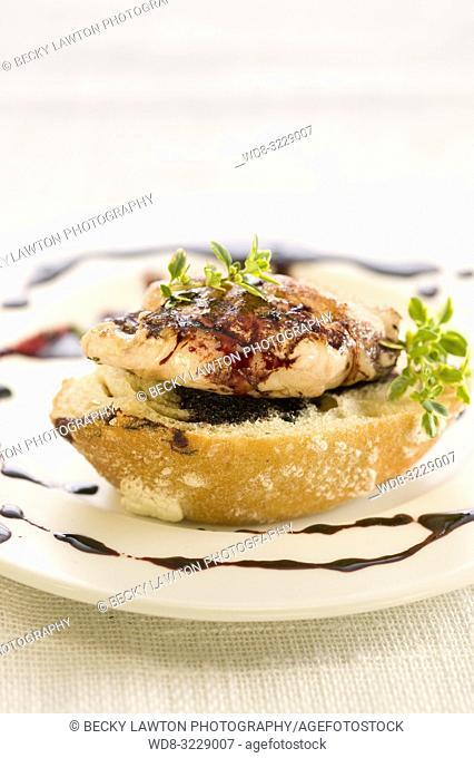 Montadito de solomillo de cerdo relleno de queso mahon con romero