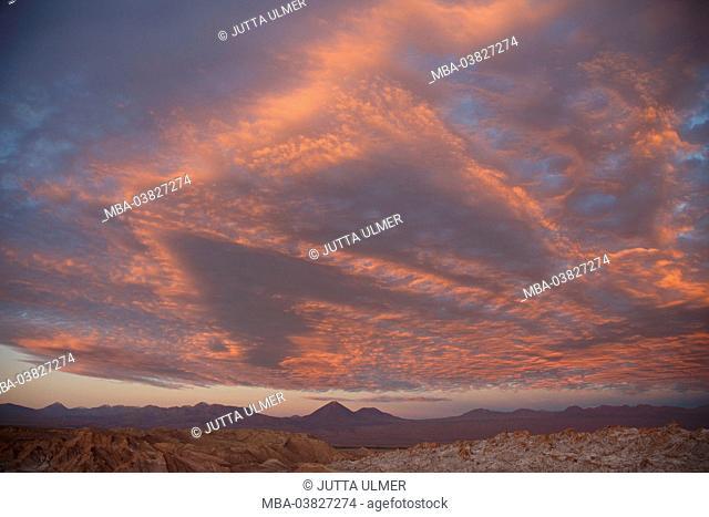 Chile, Valle de la Luna, volcano Licancabur, clouds, sundown