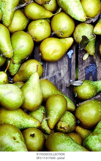 Pears in a wooden crate (seen from above)