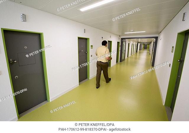 A judicial officer walks through the halls at the new Deportation Detention Centre in Eichstaett, Germany, 12 June 2017 Photo: Peter Kneffel/dpa