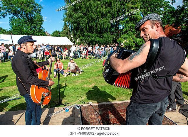 OUTDOOR CONCERT IN THE PUBLIC PARK, LES MEGOTS, RUGL'ART FESTIVAL, RUGLES (27), FRANCE
